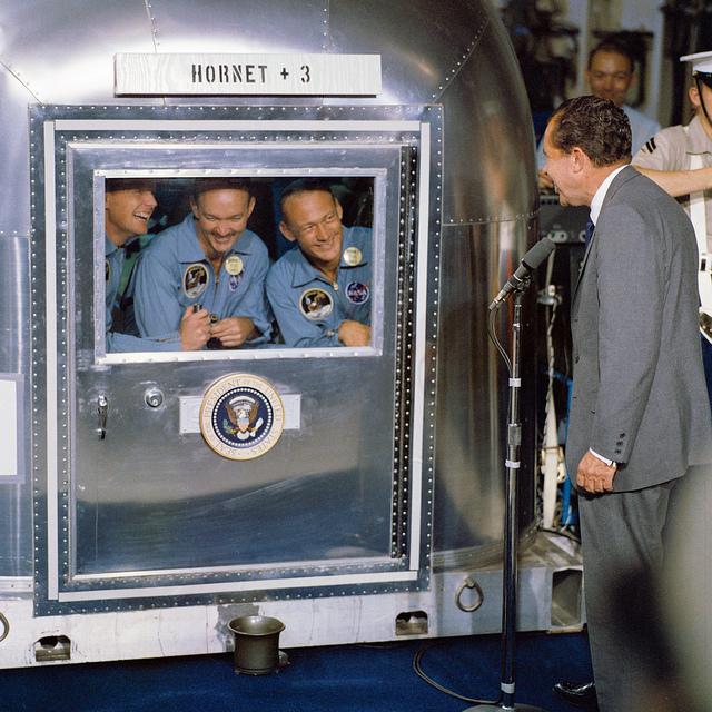 Le président Nixon rend visite aux astronautes de la mission Apollon 11 qui sont confinés